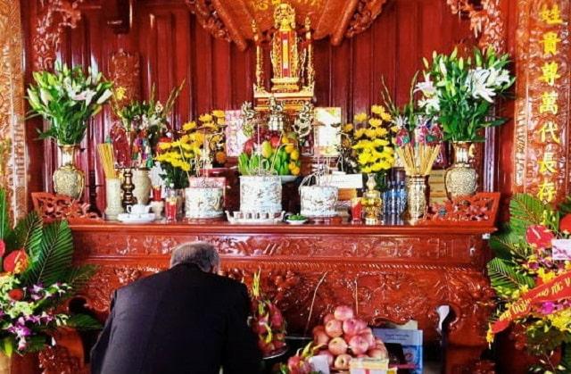 bàn thờ đặt 1 bát hương