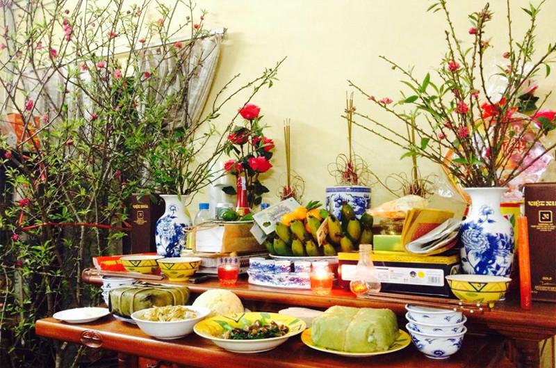 Bình hoa đặt bên nào trên bàn thờ gia tiên khi thờ cúng?