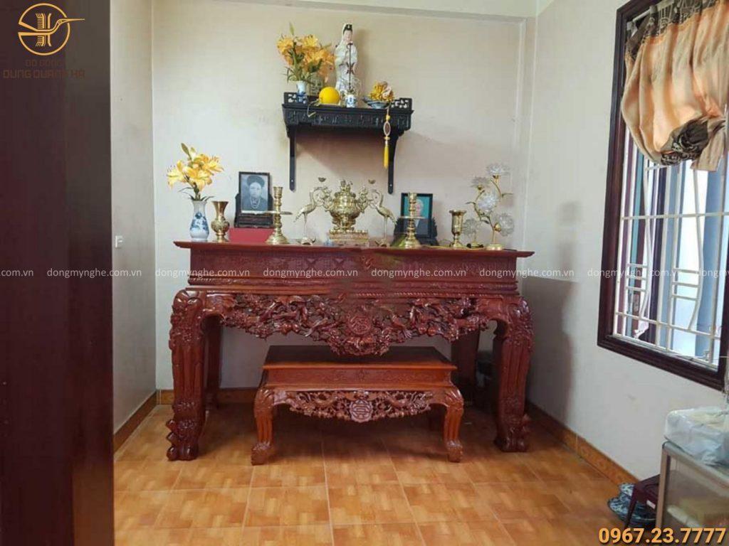Bình hoa đặt bên nào trên bàn thờ khi chỉ có 1 bình?