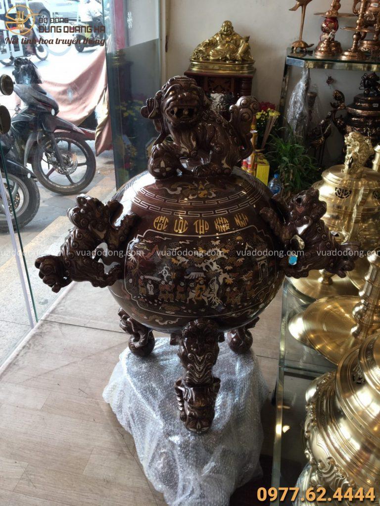 Đỉnh thất lân vờn cầu khảm ngũ sắc được trưng bày tại cửa hàng