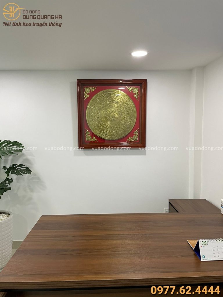 Mặt trống đồng treo trong nhà khách tại Hồ Chí Minh