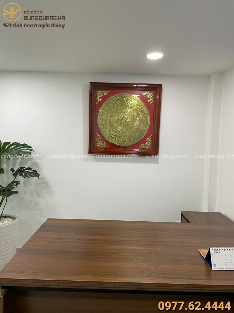 Treo tranh mặt trống đồng dát vàng cho khách