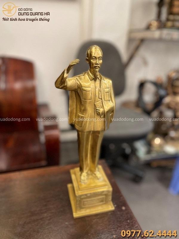 Tượng Bác Hồ bằng đồng vàng vẫy tay chào tinh xảo cao 38cm