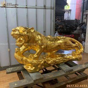 Tượng ông Hổ bằng đồng đỏ thếp vàng : ngang 95cm, nặng 100kg