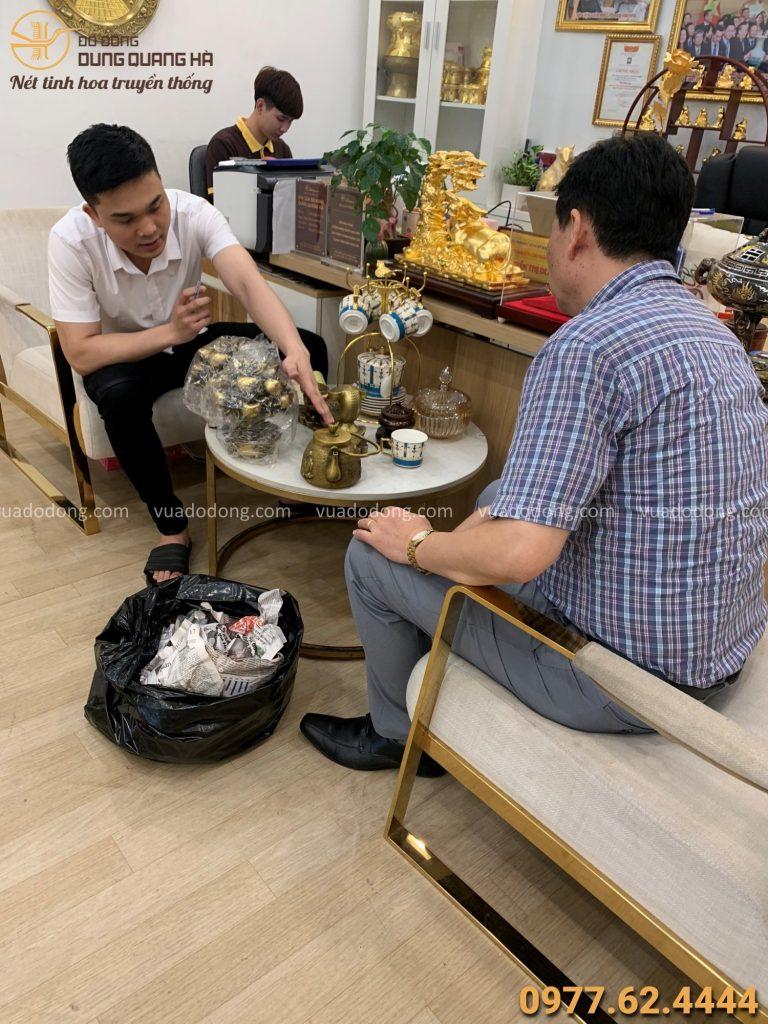 Khách hàng trao đổi với nhân viên về vấn đề mạ vàng sản phẩm