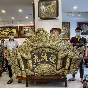 Cuốn thư câu đối đồng vàng giả cổ dài 2m6 cao 1m45 khung inox