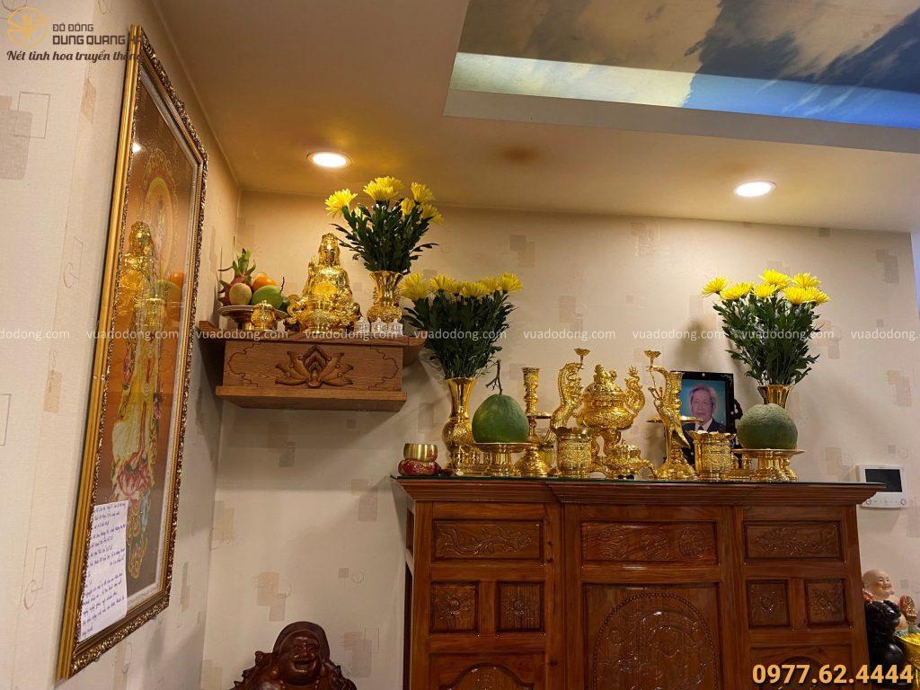 Bộ đồ thờ được bày trong không gian thờ nhà khách